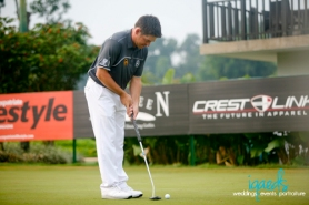 Louis Oosthuizen practicing putts before teeing off. I wish I get to practice before I do tee off...haih...